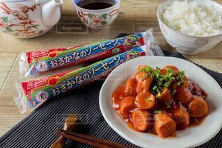 食べ物の皿をテーブルの上に置くの写真・画像素材[3749275]