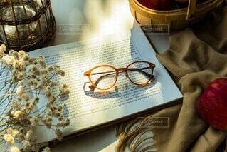 テーブルの上に座っている本の写真・画像素材[3761387]