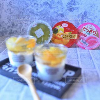 テーブルの上の食べ物をクローズアップするの写真・画像素材[2710073]