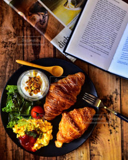 テーブルの上の食べ物の皿の写真・画像素材[2770379]