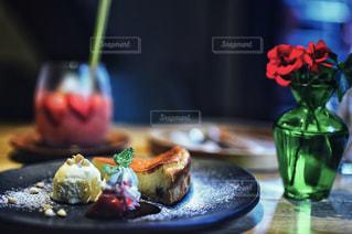 テーブルの上の食べ物をクローズアップするの写真・画像素材[2770380]