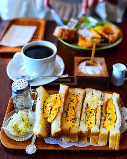 食べ物の皿とコーヒーをトッピングしたテーブルの写真・画像素材[2770381]