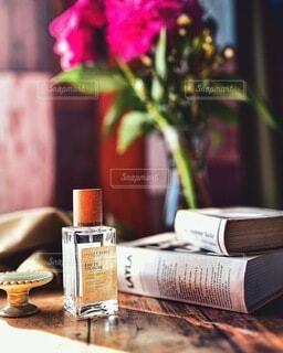 花,屋内,花瓶,本,テーブル,ボトル,テキスト
