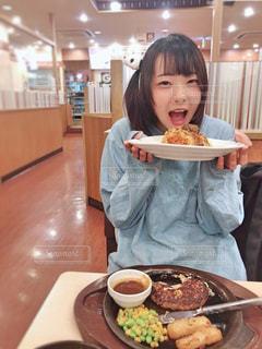 ファミレスでお腹いっぱいの写真・画像素材[1640624]