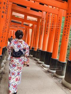 カップル,京都,後ろ姿,鳥居,人物,背中,着物,人,旅行,休日,デート,京都観光