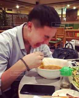 食事のテーブルに座って男の写真・画像素材[1693457]