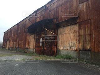 建物の前にある古い納屋の写真・画像素材[2928262]