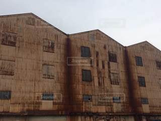 大きな茶色のレンガ造りの建物の写真・画像素材[2928293]