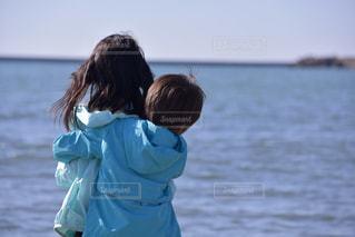 子ども,海,空,キッズ,屋外,ビーチ,かわいい,綺麗,晴れ,晴天,後ろ姿,砂浜,波,海辺,海岸,子供,女の子,仲良し,背中,可愛い,二人,小学生,快晴,野外,男の子,弟,姉,きょうだい,ハグ,抱きつく