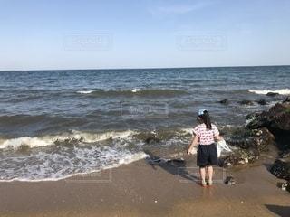 ビーチに立っている少年の写真・画像素材[1625843]