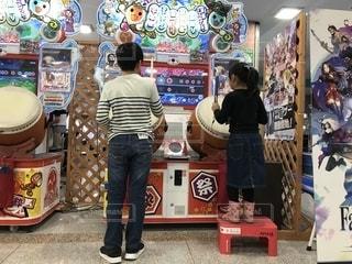 店の前に立っている人々 のグループの写真・画像素材[1629481]