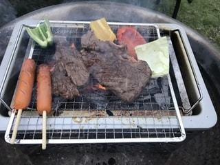 グリルの上に食べ物のトレイの写真・画像素材[1648162]