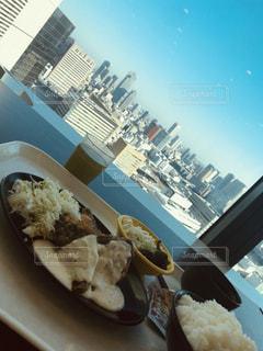 テーブルの上に食べ物のプレートの写真・画像素材[1653528]