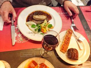 食品のプレートをテーブルに着席した人の写真・画像素材[1658994]