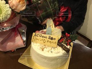 テーブルの上に座っているケーキの写真・画像素材[1668224]