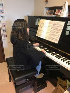 ピアノの鍵盤の前に立っている人の写真・画像素材[1798130]