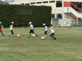 フィールドでサッカー!ドリブルランニングの写真・画像素材[1826896]