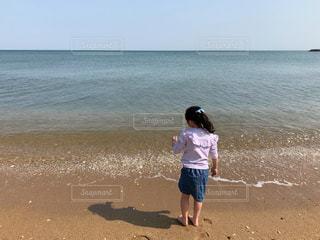 砂浜の上に立つ人の写真・画像素材[2335421]