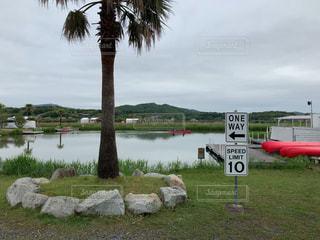水域の前の看板の写真・画像素材[2335627]