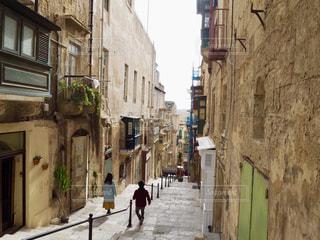 狭い通りを歩いて人々 のグループの写真・画像素材[1628472]