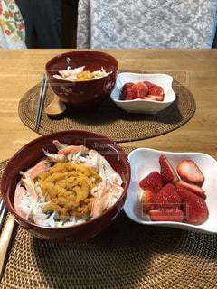 テーブルの上に食べ物のプレートの写真・画像素材[1651835]