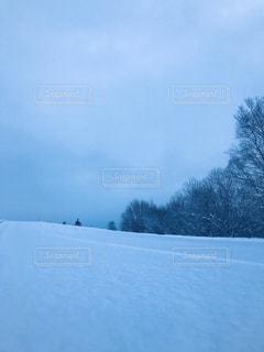 近くに雪の斜面をカバーの写真・画像素材[1658587]