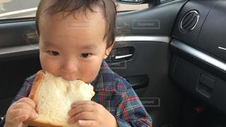 子ども,食事,車内,パン,食べる,幼児,男の子,味見