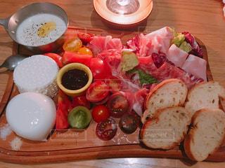 テーブルの上に食べ物のプレートの写真・画像素材[1646778]