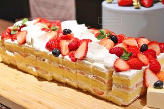 テーブルの上に座っているケーキの写真・画像素材[1883510]