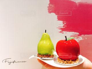 テーブルに赤と白のケーキの写真・画像素材[1883552]