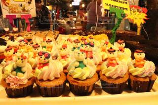ケーキの上に座って食品の束の写真・画像素材[1883579]