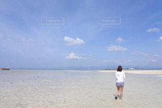 女性,海,空,屋外,後ろ姿,砂浜,人物,背中,人,浜辺,後姿,フィリピン,セブ島