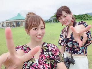 女性,自撮り,屋外,曇り,セルフィー,笑顔,奄美大島,友達,日中,セルフショット,おそろいコーデ