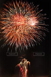 夜空の花火の写真・画像素材[2379169]