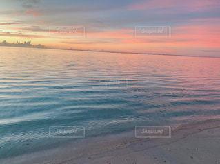 ビーチに沈む夕日の写真・画像素材[3009157]