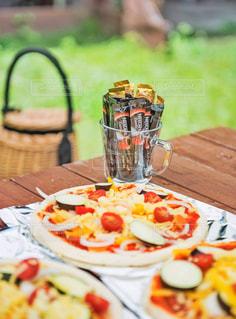 木製のテーブルの上に座ってピザの写真・画像素材[1294349]