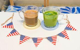 テーブルの上のコーヒー カップの写真・画像素材[1294382]