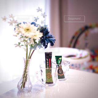 テーブルの上の花の花瓶の写真・画像素材[1294386]