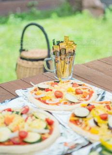 ピクニック用のテーブルの上に食べ物のプレートの写真・画像素材[1294401]