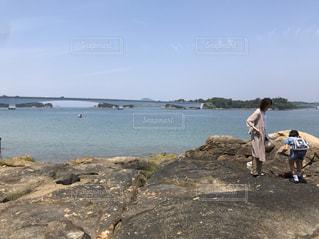 岩の多いビーチの人々のグループの写真・画像素材[2336336]
