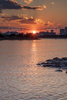 海面に溶ける夕暮れの写真・画像素材[1881459]