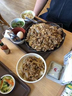 テーブルの上に食べ物のボウルの写真・画像素材[1656559]