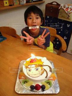 バースデー ケーキでテーブルに座って男の子の写真・画像素材[1667554]