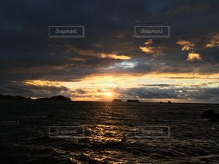 水の体に沈む夕日の写真・画像素材[977747]