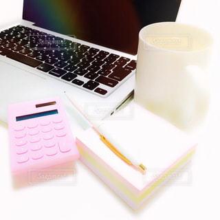 一杯のコーヒーとテーブルの上に座っているラップトップ コンピューターの写真・画像素材[1643140]