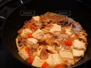 ストーブの上の金属鍋の上に食べ物のボウルの写真・画像素材[1693864]