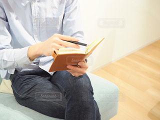 手帳を眺める男性の写真・画像素材[1854593]