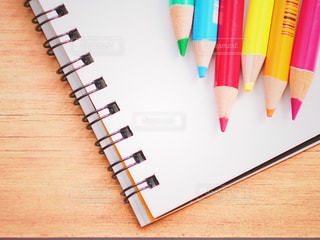 色鉛筆とスケッチブックの写真・画像素材[2255845]