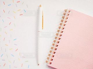 ボールペンとノートの写真・画像素材[2255848]
