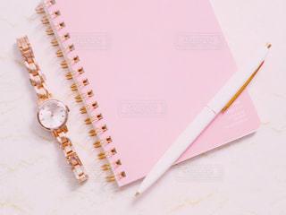 ボールペンとノートと時計の写真・画像素材[2255898]
